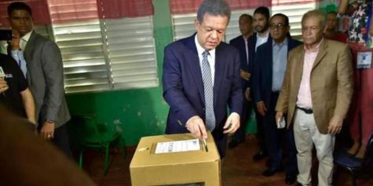 Leonel le hace la cruz al voto automatizado