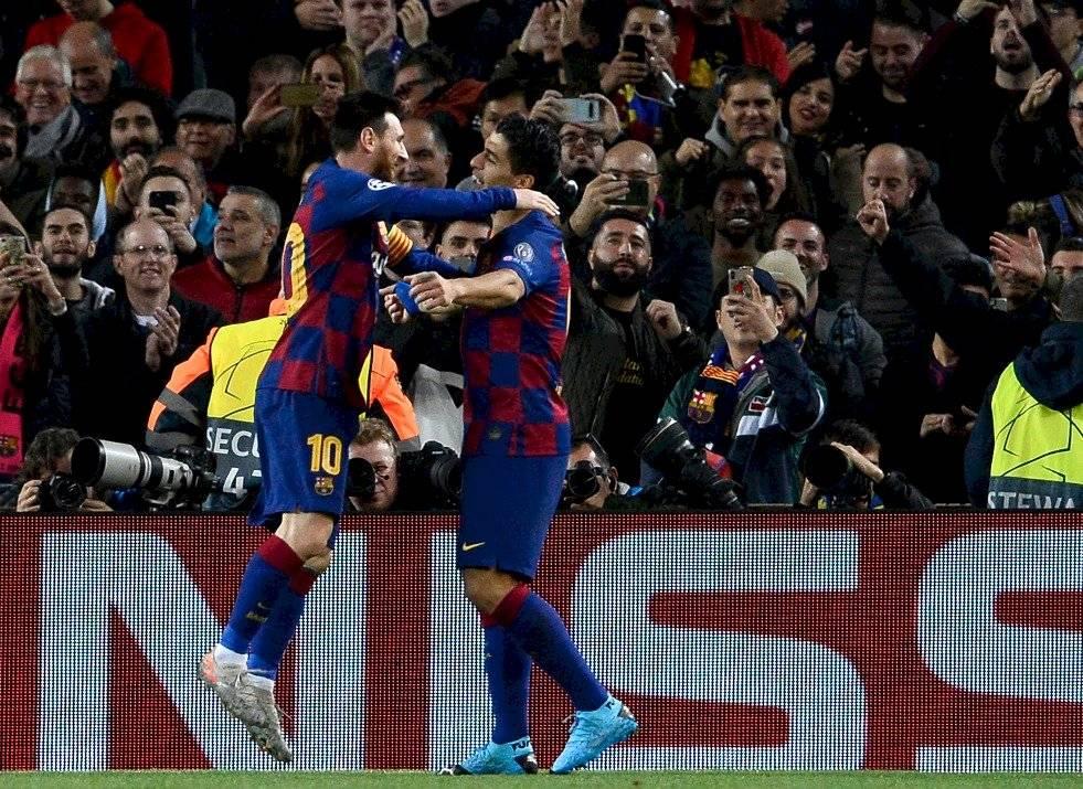 Luis Suarez mete balonazo al ábitro