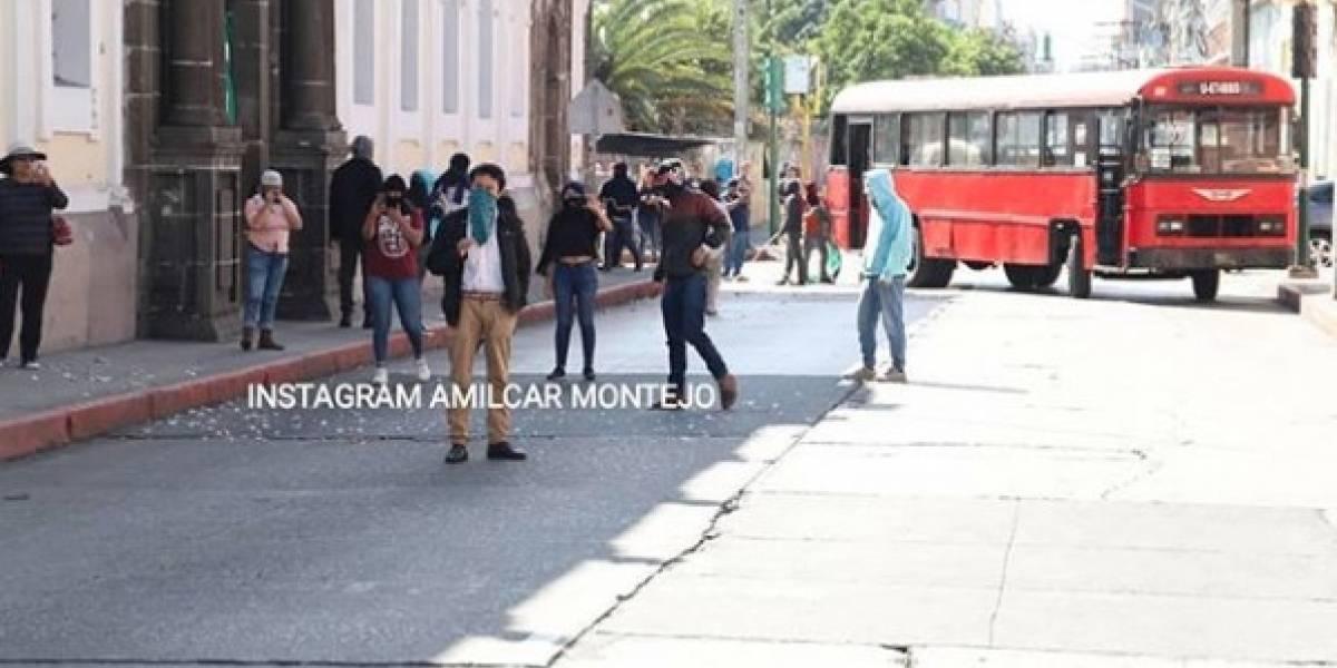 Grupos de manifestantes bloquean el paso en alrededores del Congreso
