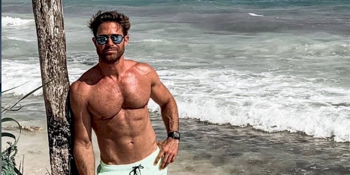 Sebastián Rulli impacta con foto desnudo en la playa