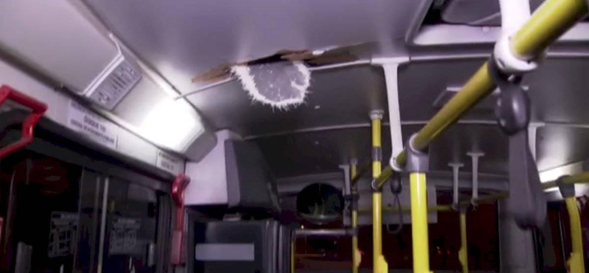 Pedra fura teto de ônibus e fere passageira na zona oeste de SP