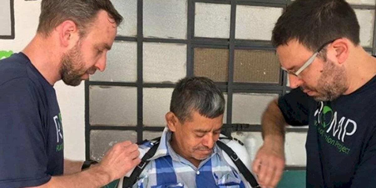 Hombre que perdió sus brazos cuando cuidaba varios tigres recibe prótesis