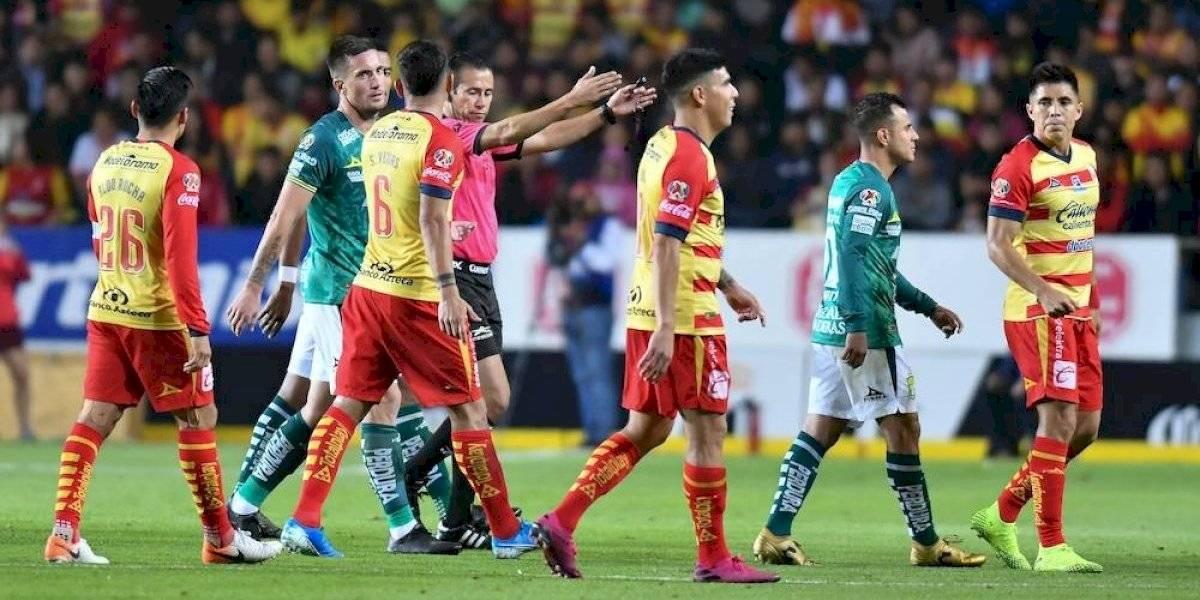Árbitro envía a jugadores de Morelia y León a la banca por 'grito homofóbico'