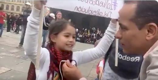 """(Video) Pequeña niña le """"canta la tabla"""" al Gobierno y al país durante el paro"""