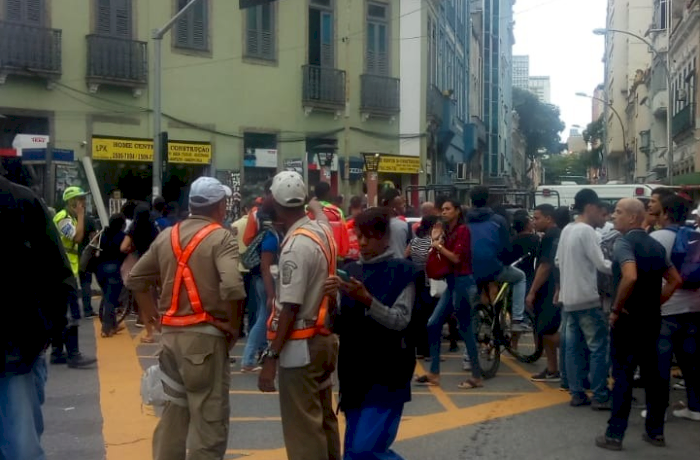 Homem faz reféns em bar na Lapa, RJ; polícia negocia rendição