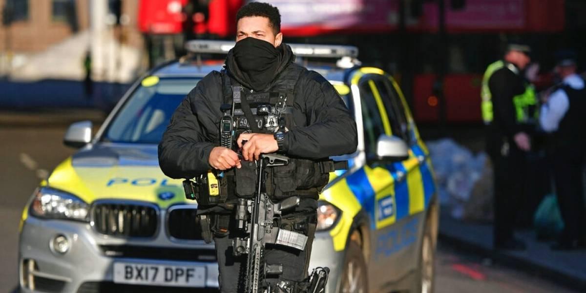 Llevaba un chaleco explosivo falso: Policía de Londres mata a un hombre tras ataque a puñaladas