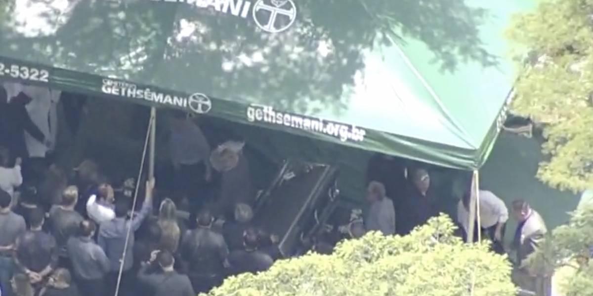 Corpo de Gugu Liberato é enterrado em cemitério de São Paulo