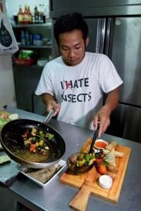 Comen insectos en Camboya