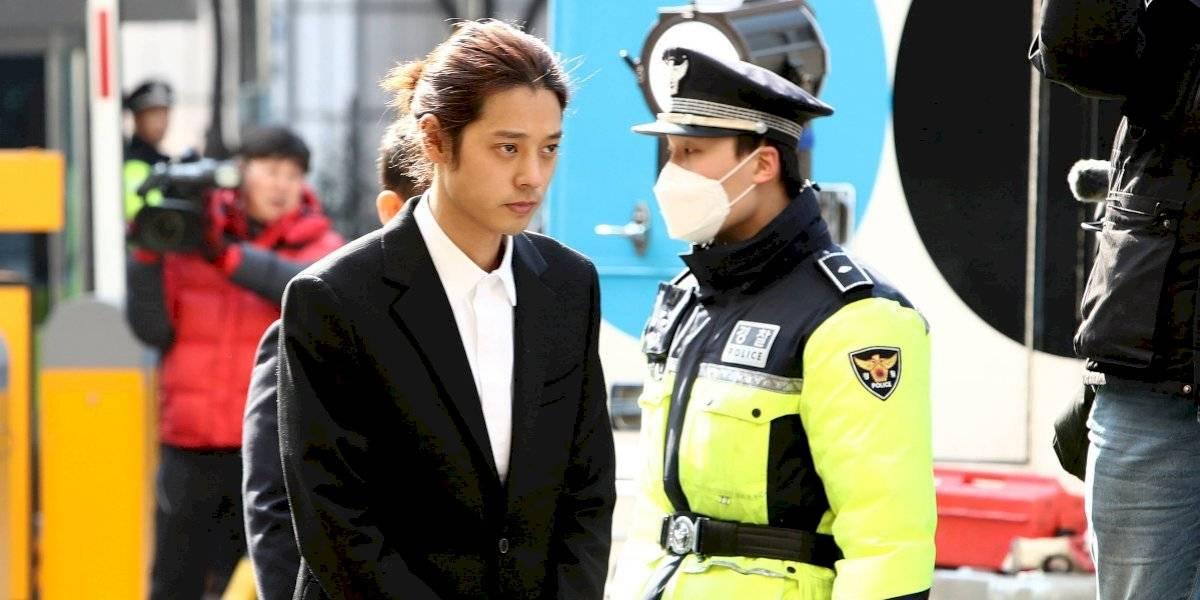 Condenan a prisión a dos cantantes de K-pop por violación