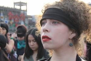 Mujer atenta en manifestación