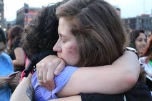 Abrazo mujeres manifestantes