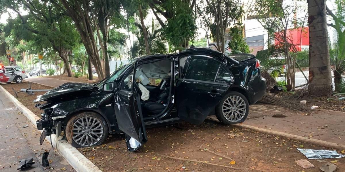Homem morre após bater carro em árvore na avenida Brigadeiro Faria Lima