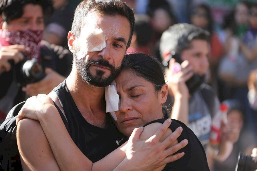 """Manifestantes protestan este viernes en la céntrica plaza Italia de Santiago de Chile, rebautizada popularmente como """"Plaza de la dignidad"""", durante una nueva jornada de movilizaciones sociales por todo el país. EFE"""