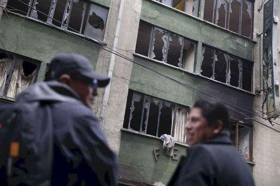 Dos hombres fueron registrados este viernes frente al edificio de la Fuerza Especial de Lucha Contra el Crimen, destruido durante las recientes protestas sociales, en El Alto EFE
