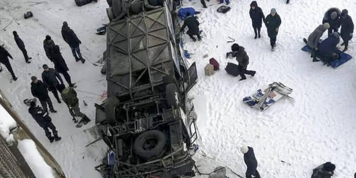 Al menos 18 muertos en Rusia tras caer autobús en río congelado