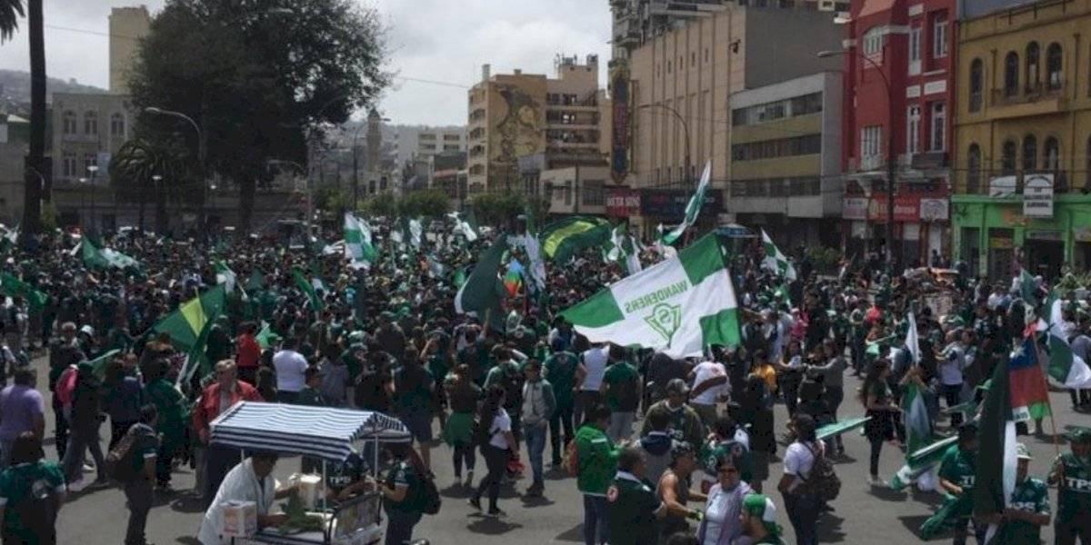 Jugadores e hinchas de Santiago Wanderers marcharon por Valparaíso para manifestar su descontento contra la ANFP