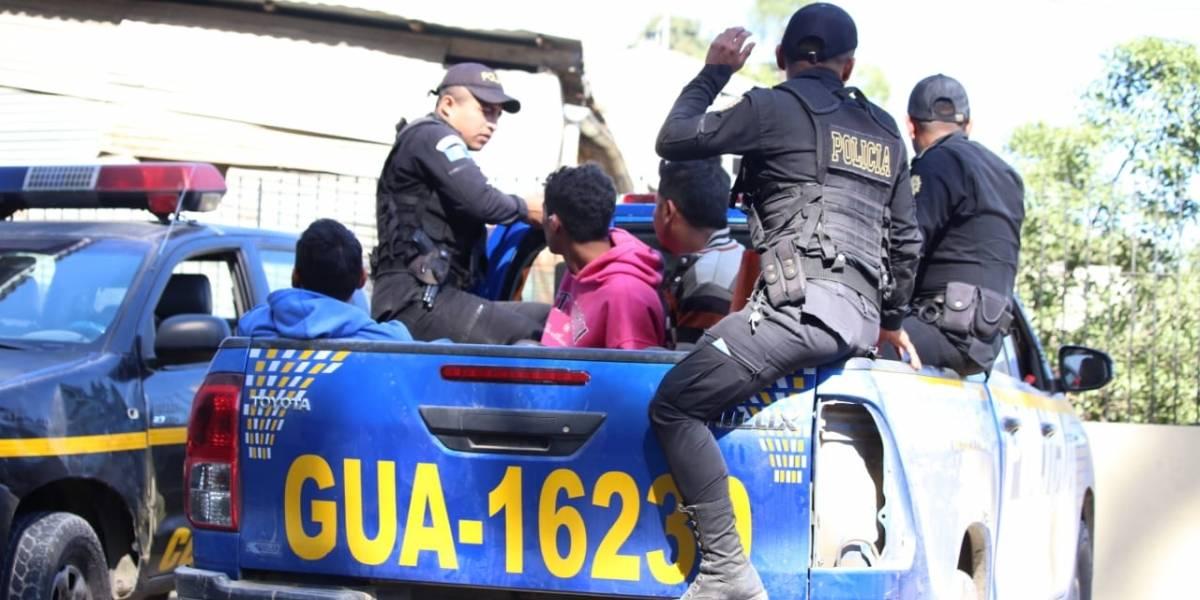 Detenidos por lanzar piedras y envases contra policías
