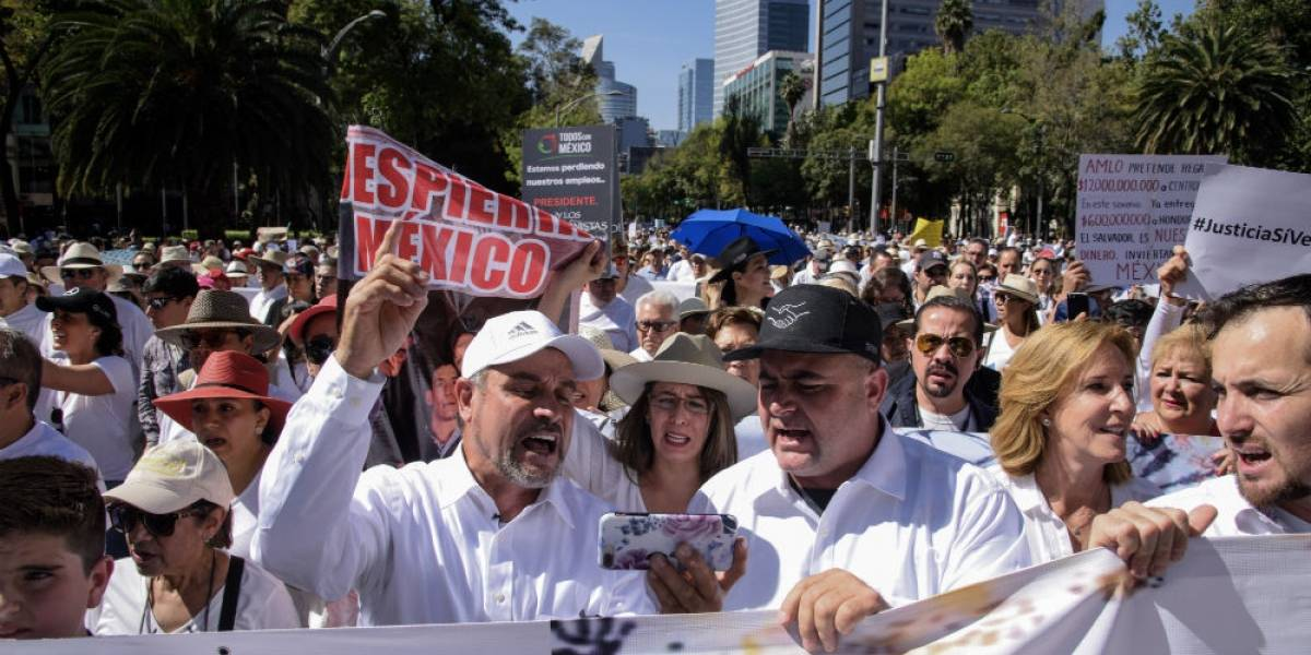 """Rectifique, señor presidente"", piden en marcha anti-AMLO"
