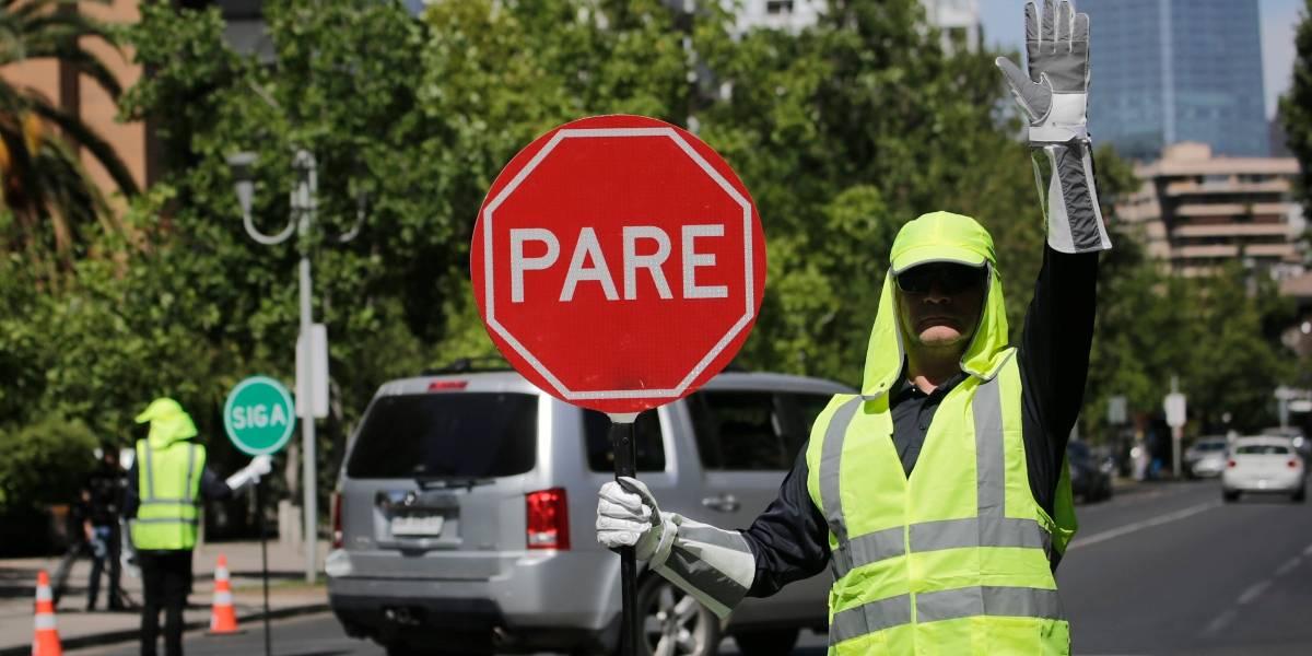 """""""Esta es una especie de cadena de solidaridad"""": Las Condes y Santiago presentan programa de empleo para dirigir el tránsito en esquinas sin semáforos"""