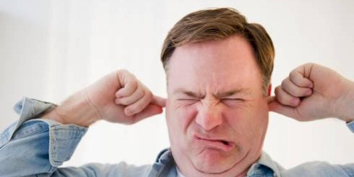 Por esto debes dejarte de sacudir la cabeza para sacar agua de los oídos