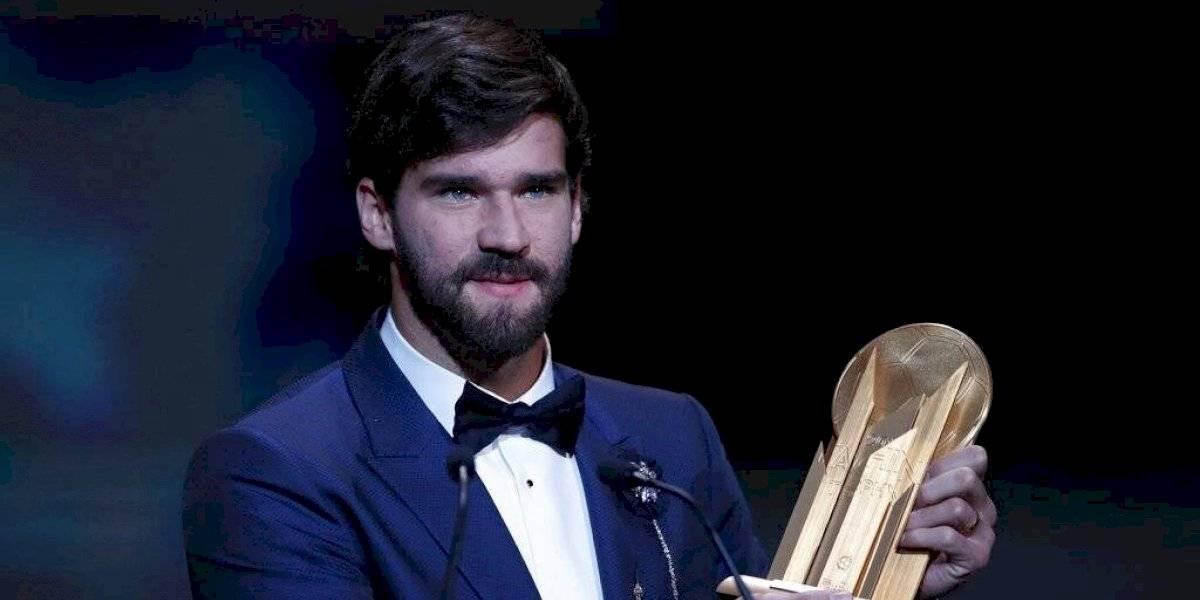 Alisson Becker gana el primer trofeo Yashin