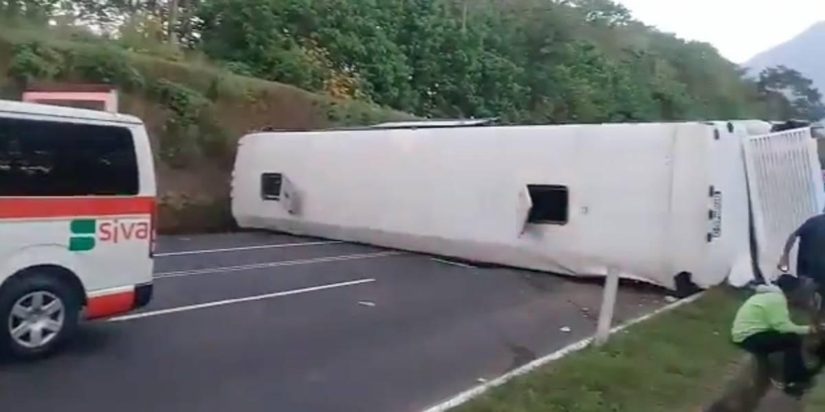 Bus vuelca en autopista Palín Escuintla