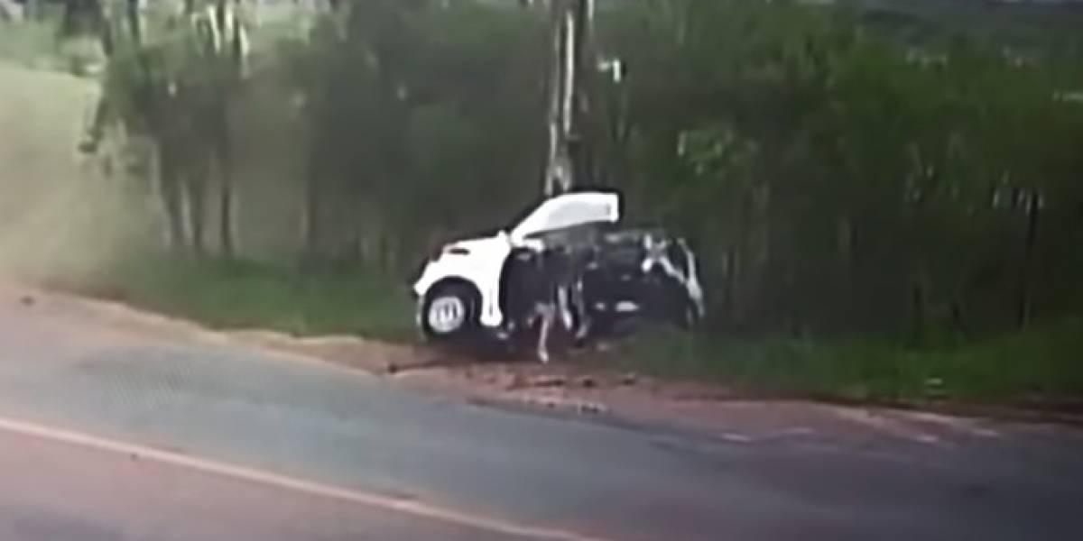 (Video) Mujer murió en trágico accidente de tránsito en donde carro se partió en dos