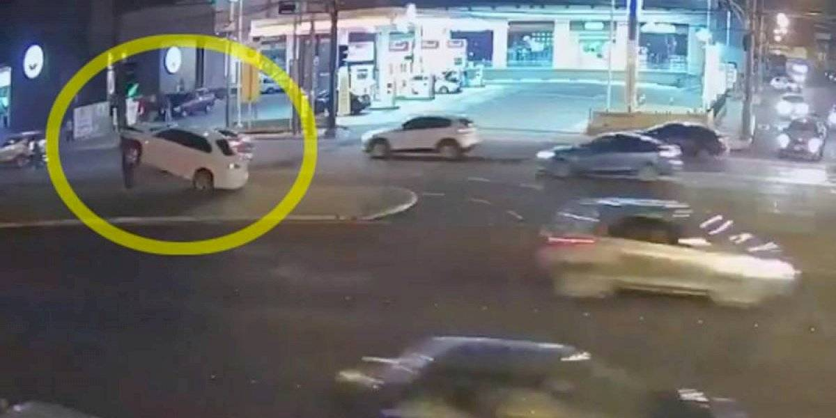 VIDEO. Conductor pierde el control y choca su carro contra semáforo en calzada Roosevelt