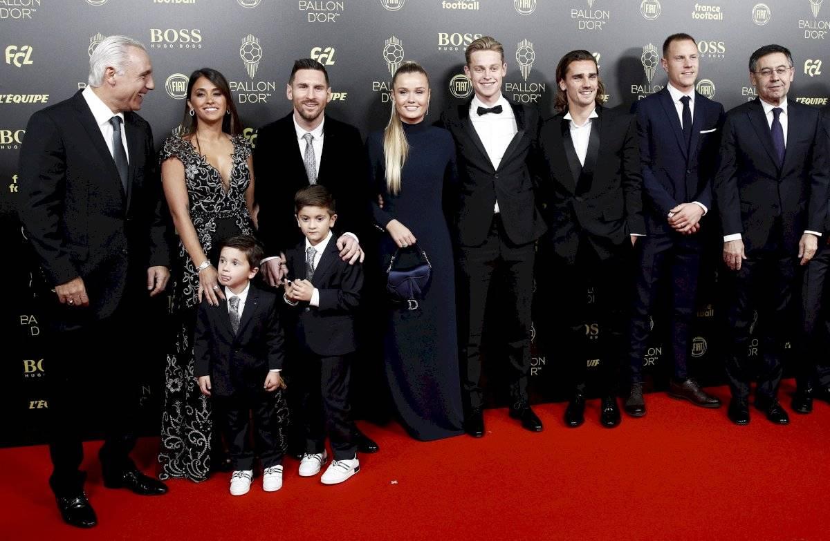 El exdelantero del Barcelona Hristo Stoichkov y el presidente del Barcelona Josep Maria Bartomeu llegan con los jugadores Lionel Messi, su esposa Antonella Roccuzzo y sus hijos