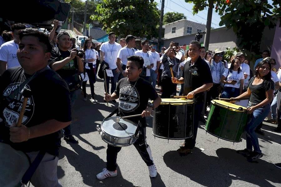Jóvenes salvadoreños tocan tambores, este lunes, en la Comunidad Iberia para dar la bienvenida a una delegación de jóvenes de los países que integran el SICA en San Salvador EFE
