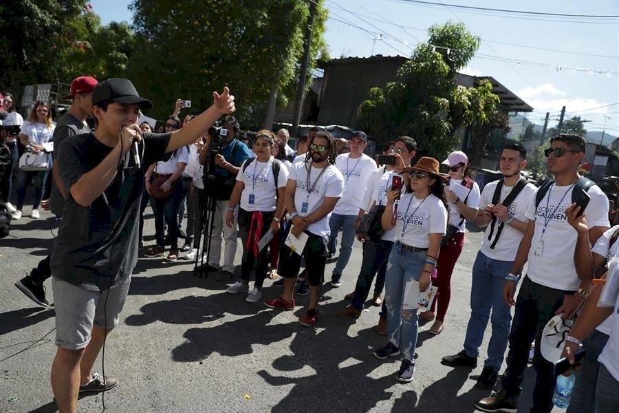 Jóvenes visitaron este lunes la Comunidad Iberia para conocer los proyectos de reducción de violencia, en el marco de la reunión del Sistema de la Integración Centroamericana (SICA), en San Salvador EFE