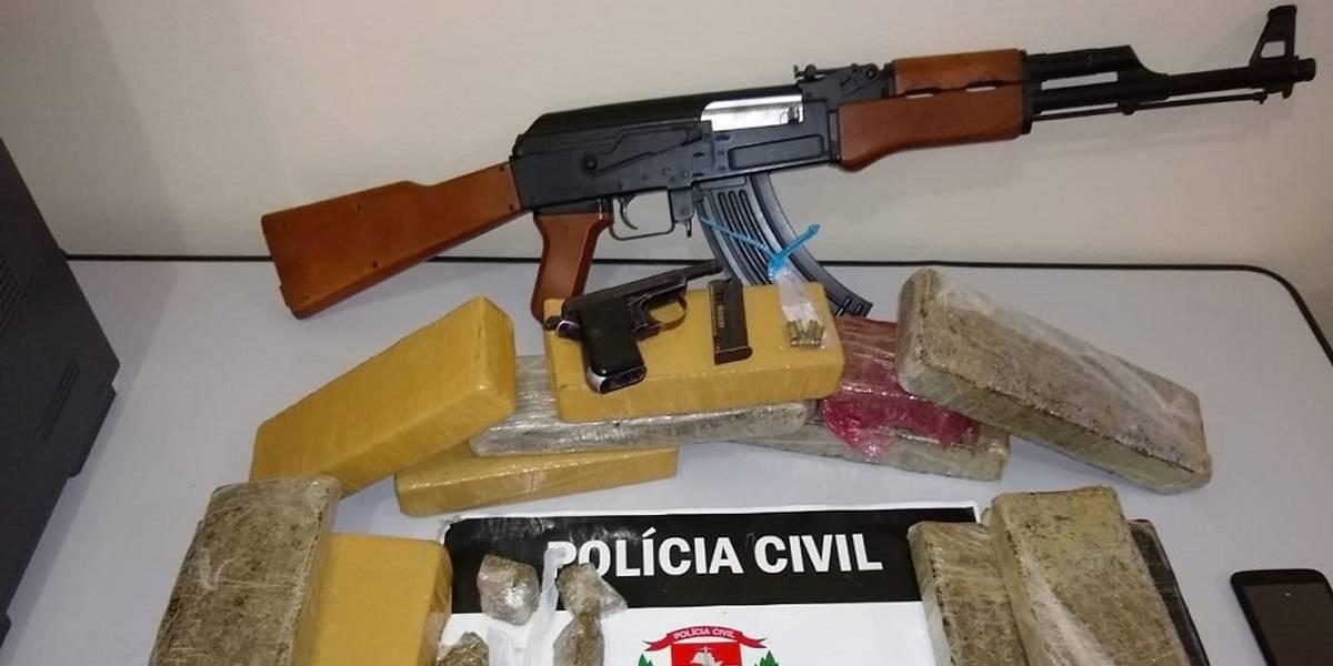 Procurados pela Justiça, irmãos tinham réplica de fuzil AK 47