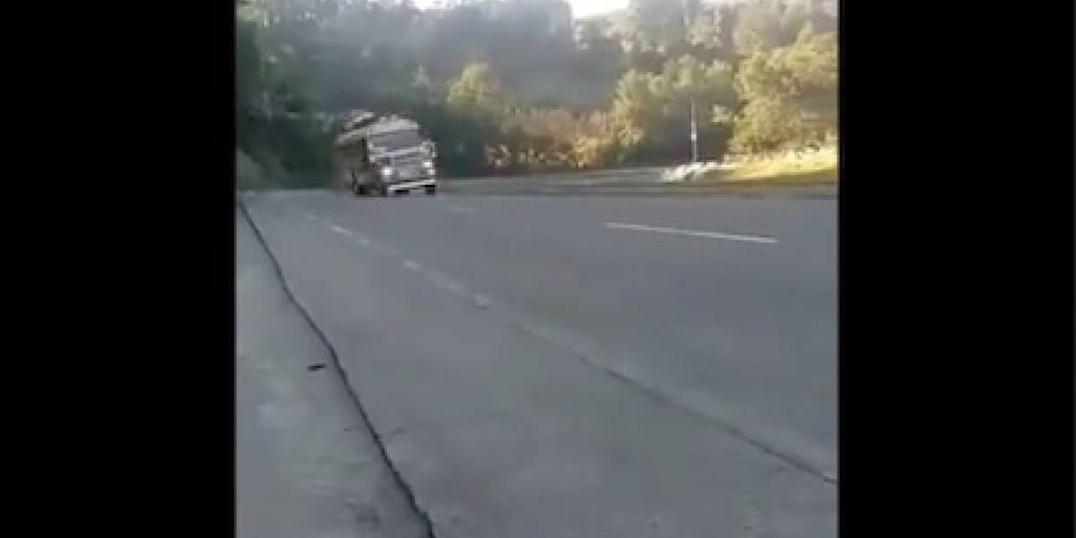 La multa y sanción a la que se expone piloto de bus captado a punto de volcar