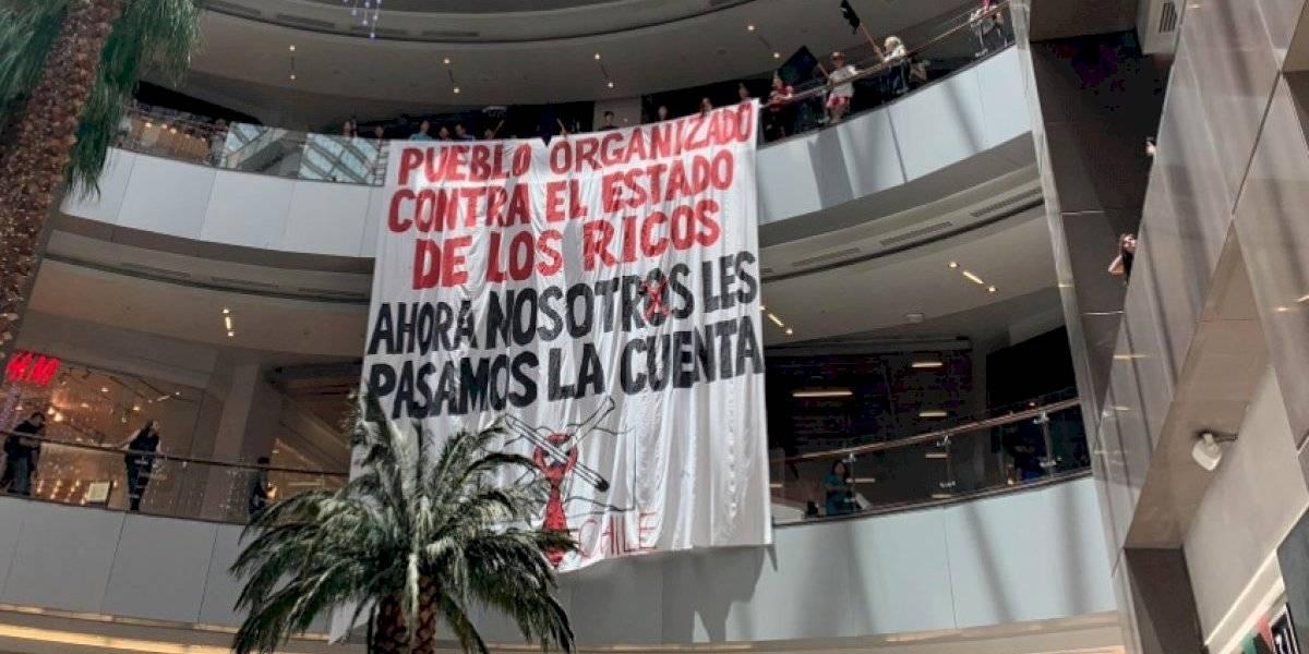 """""""Pueblo organizado contra el Estado de los ricos"""": manifestantes realizan protesta al interior del Costanera Center"""