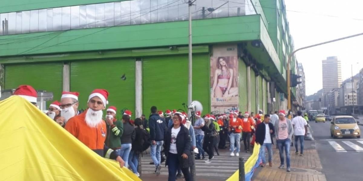 Vestidos de Papá Noel, comerciantes de San Victorino dicen cómo protegerán sus negocios en marchas