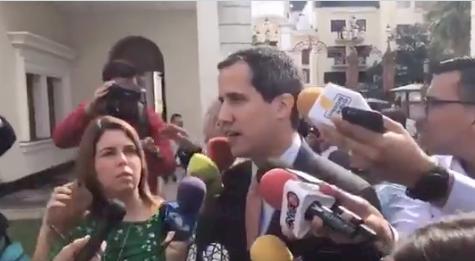Pelea entre periodistas venezolanos casi tumba a Guaidó