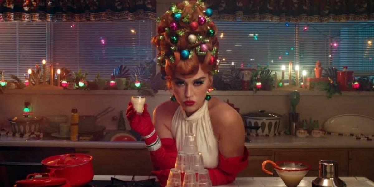 El topless de Katy Perry encienden su primer video navideño