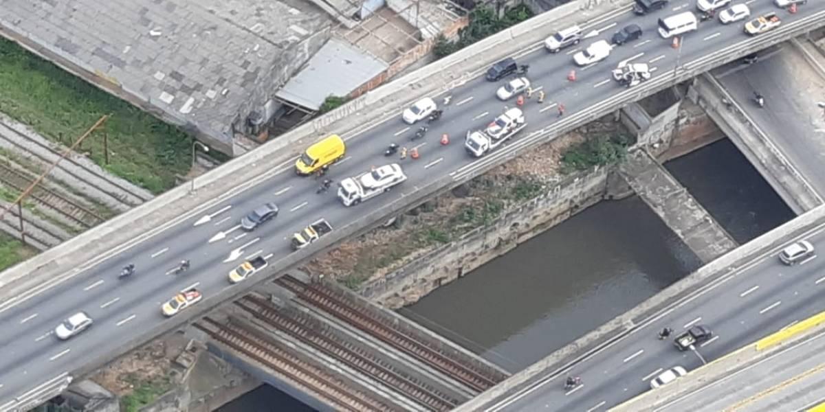 Carro colide com viatura da PM no viaduto Grande São Paulo e congestiona trânsito