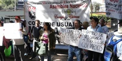 Manifestantes frente a la SE