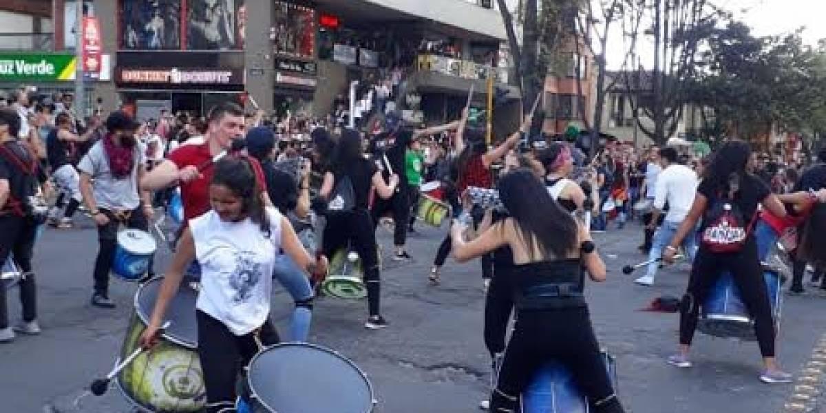 (VIDEO) Multitudinaria manifestación avanza al ritmo de tambores en el norte de Bogotá