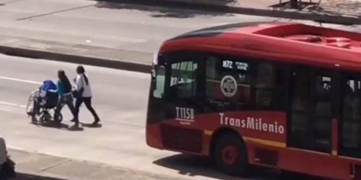 (VIDEO) La curiosa manera en que dos mujeres trancaron TransMilenio