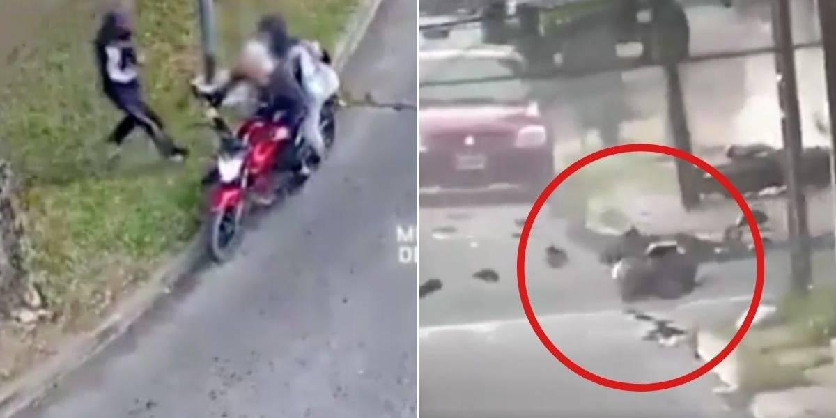 (VIDEO) Tres ladrones a bordo de una moto chocaron contra una patrulla cuando intentar huir del lugar del robo