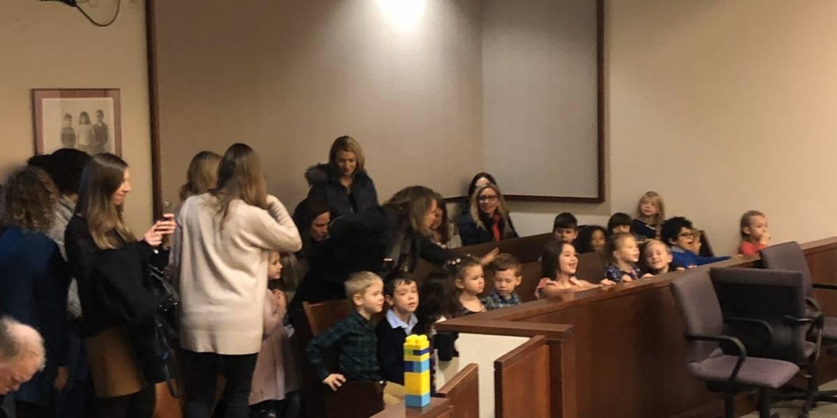 Niño invita a sus compañeros de kínder a su audiencia de adopción
