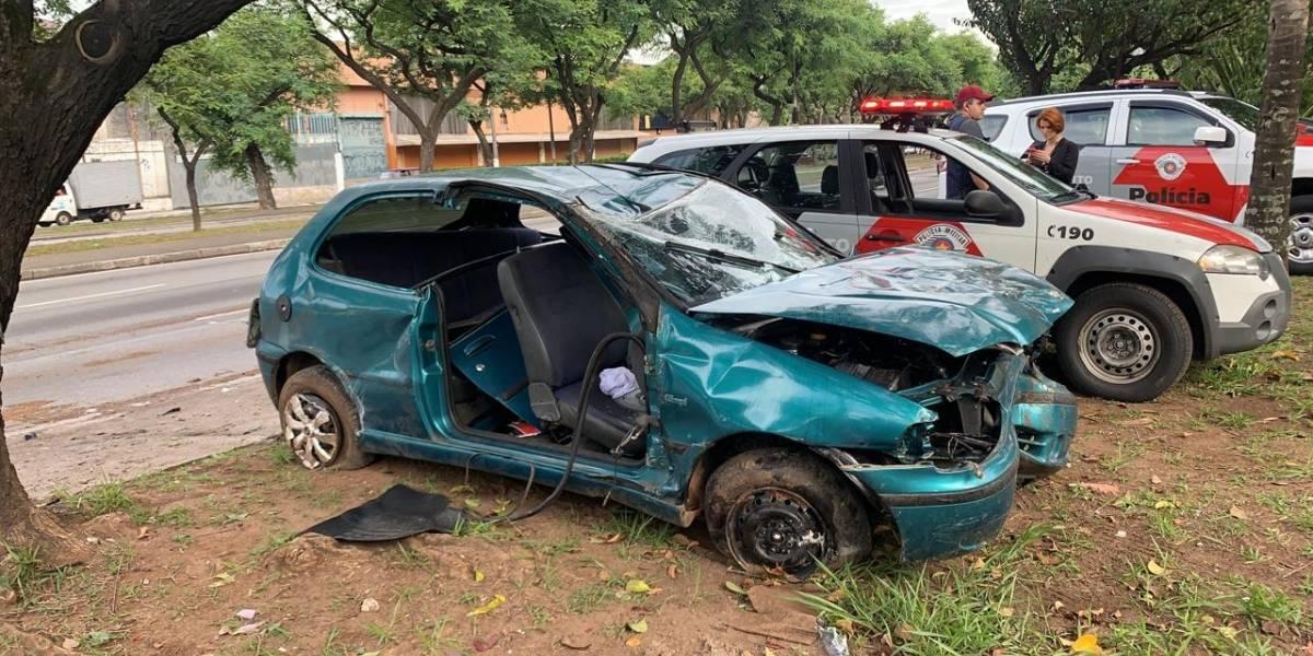 Motorista alcoolizado perde o controle e provoca capotamento na avenida Salim Farah Maluf