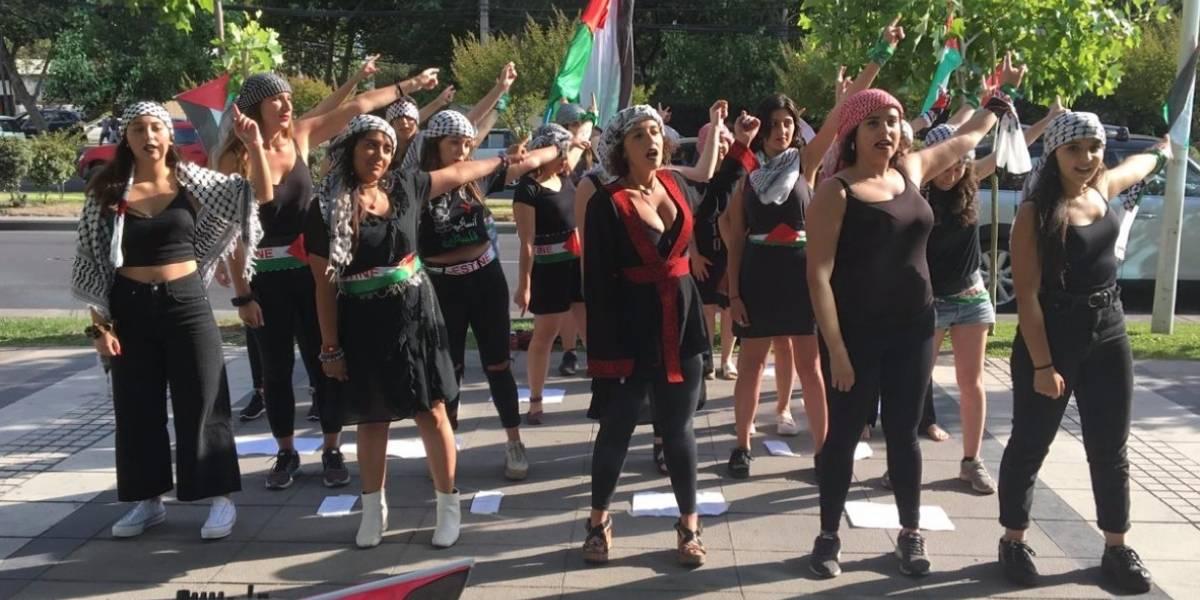 Jóvenes chileno-palestinas replican intervención feminista de #LasTesis frente a Embajada de Israel