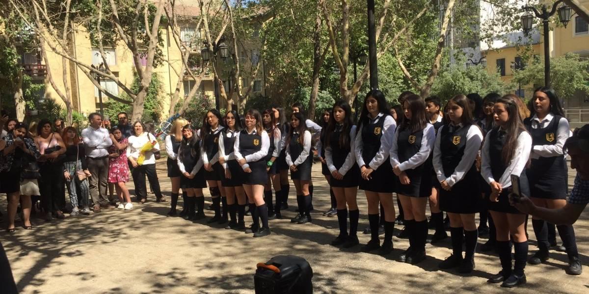 """Alumnas del Liceo 1 se gradúan en una plaza: Autoridades del colegio cancelaron ceremonias por """"falta de seguridad"""""""