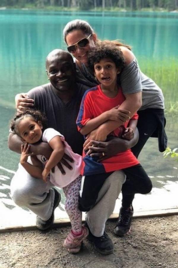 Edson com sua esposa e dois filhos no Canadá