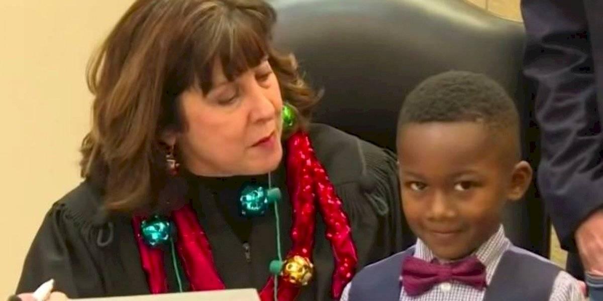 Así fue que niño celebró su adopción junto a su clase de kinder