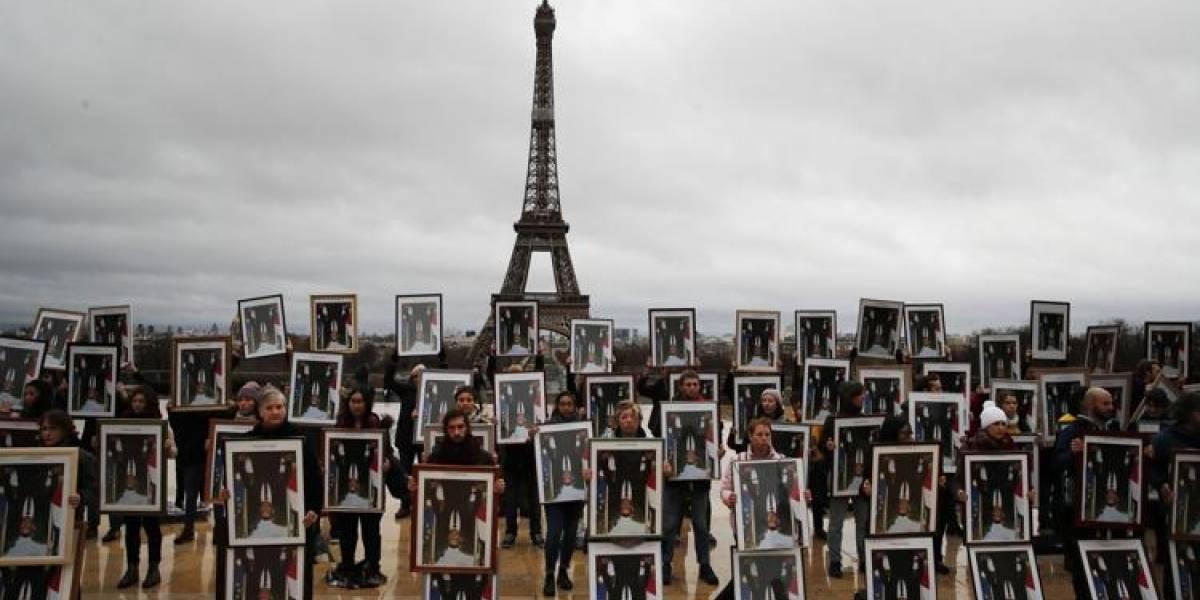 Lo pusieron de cabeza: Activistas franceses usan fotos de Macron para exigir cambio