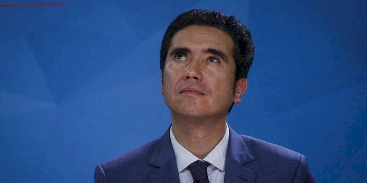 En clase turista a Madrid y a pie por Santiago: el bajo perfil del ministro de Hacienda que lo tiene como uno de los más valorados del Gobierno